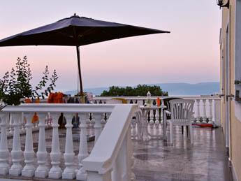 Familienurlaub Kroatien, Grosse Terrasse mit Meeresblick