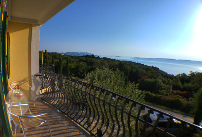 Großer Balkon mit Blick aufs Meer